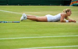 Cibulkova, tirada en la hierba