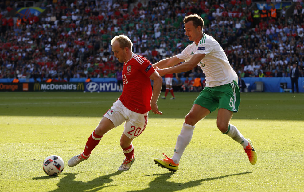 Jonny Williams en el transcurso de un partido de la Eurocopa