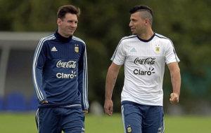 Messi y Ag�ero durante un entrenamiento de la selecci�n argentina.