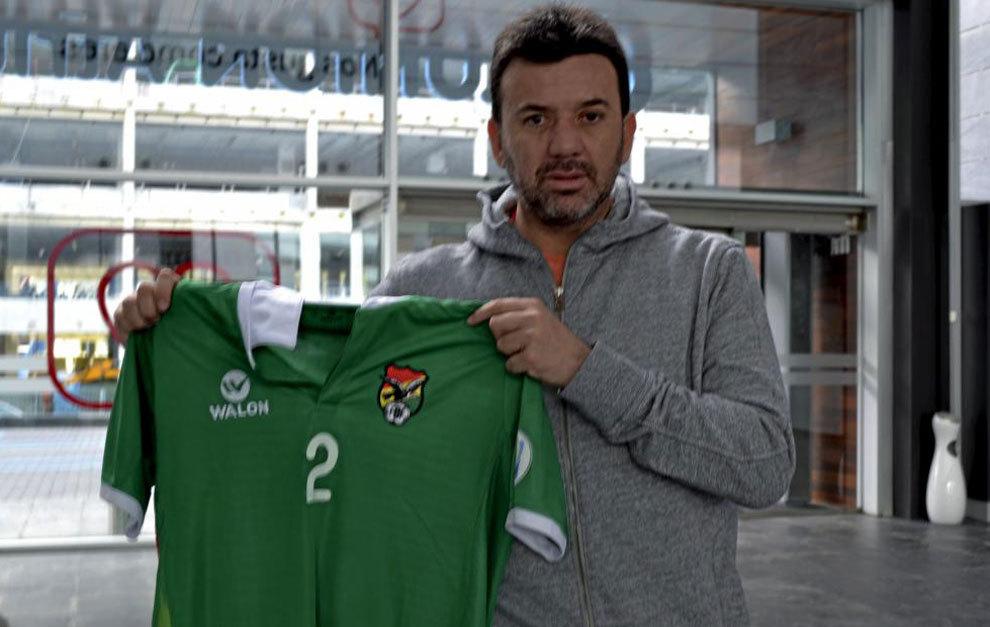 Baldivieso posa con la camiseta de la selección boliviana.