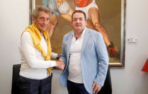 El presidente del Celta (izquierda) y el del Lugo (derecha) llegan a...