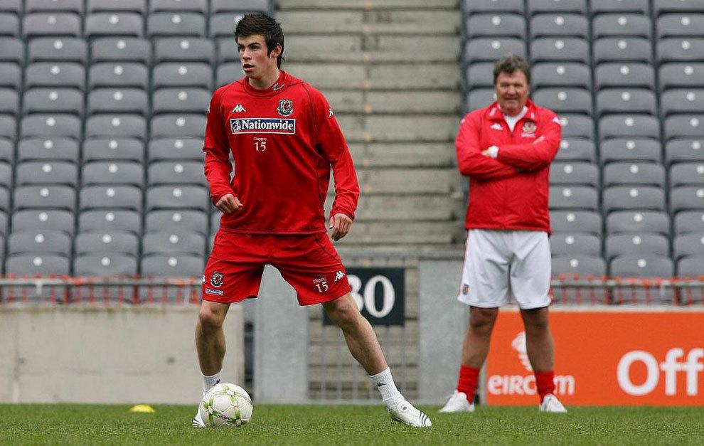 Bale y Toshack, durante un entrenamiento de Gales en 2007.