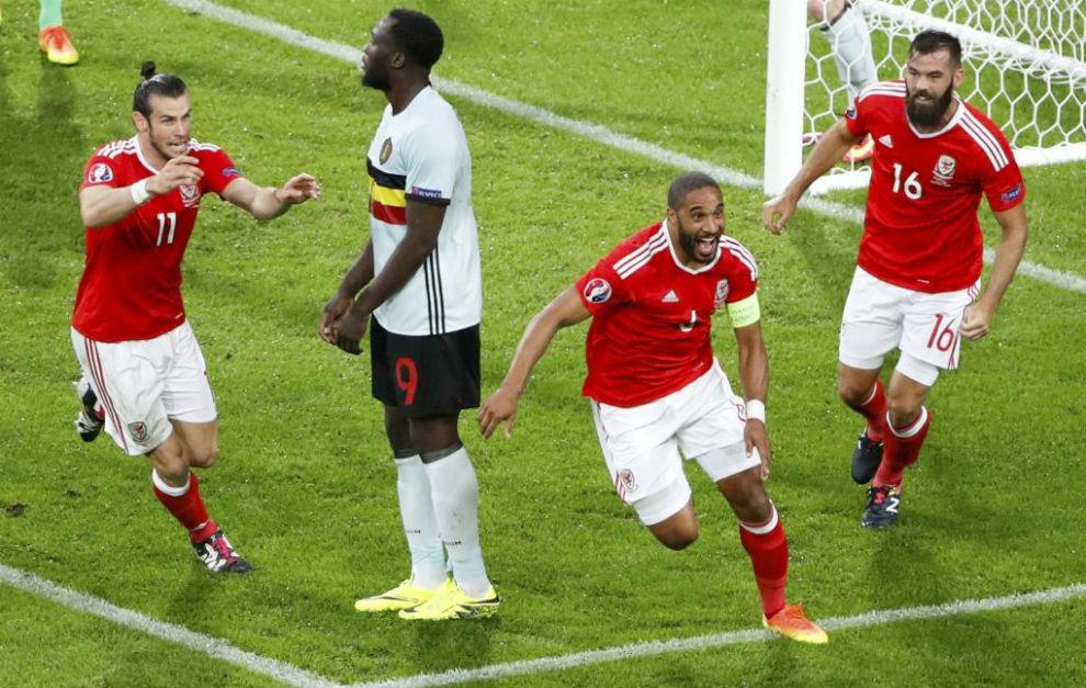 Bale y Ledley corren a abrazar a Ashley Williams tras firmar el 1-1...