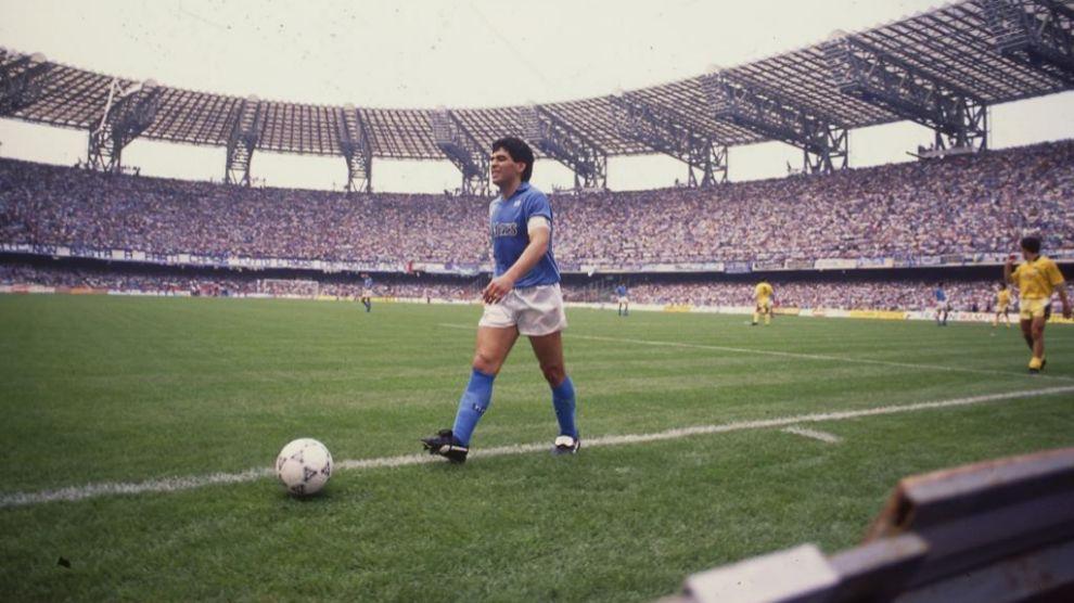Maradona en un partido con el Nápoles