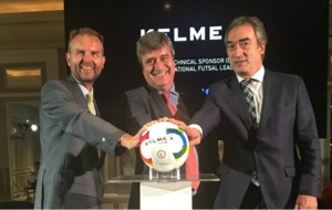 Carlos Garc�a, Miguel Cardelan y Javier Lozano, con el nuevo bal�n...