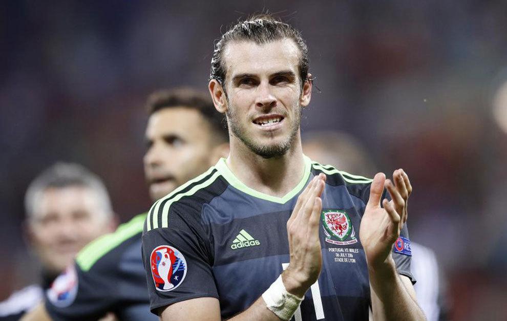 Bale, aplaudiendo a la afición de Gales desplazada a Lyon