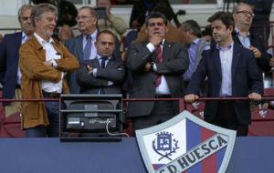 Fernando Losfablos en el palco de El Alcoraz junto a Christian...