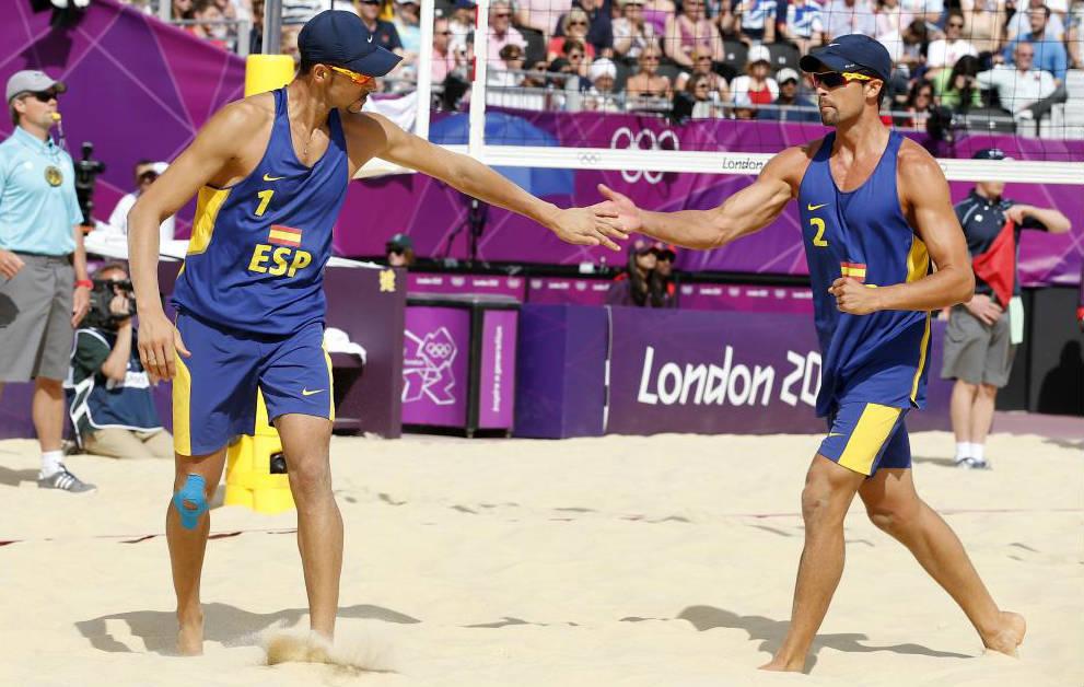 Adrián Gavira y Pablo Herrera, durante un partido de vóley playa.