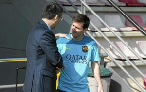 Bartomeu saluda a Leo Messi antes de un entrenamiento.