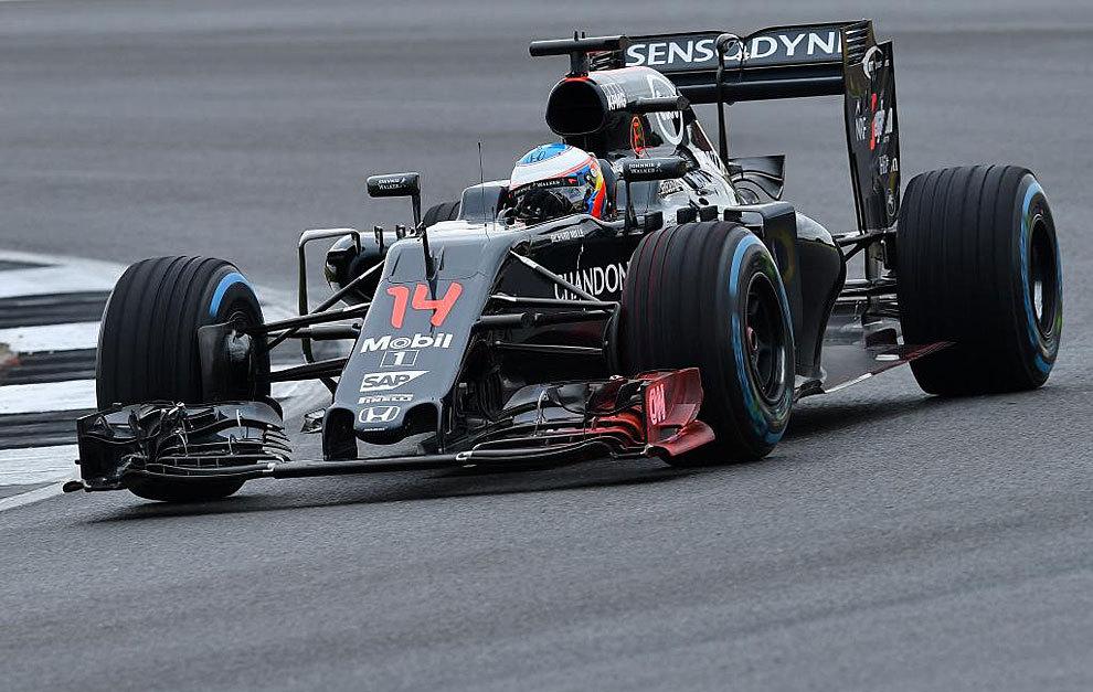 Alonso pilota su McLaren durante la tercera sesión de entrenamientos...