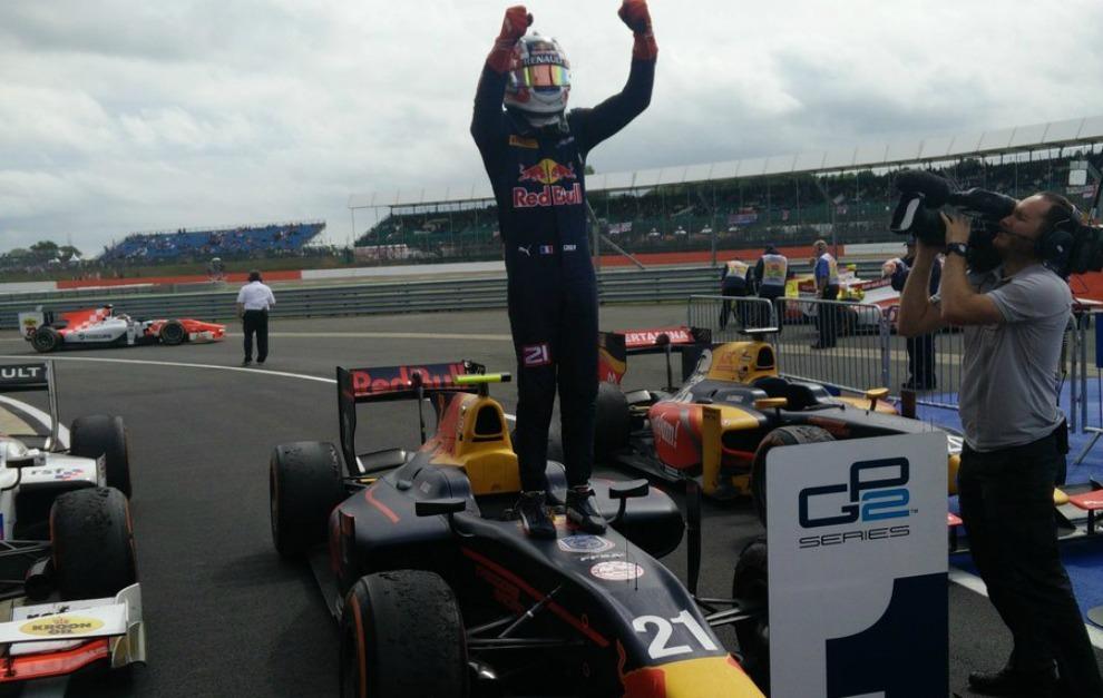Gasly celebra su triunfo sobre su coche en Silverstone