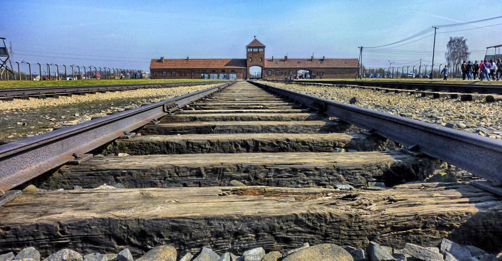 Las vías del tren que conducía al campo de exterminio nazi de...
