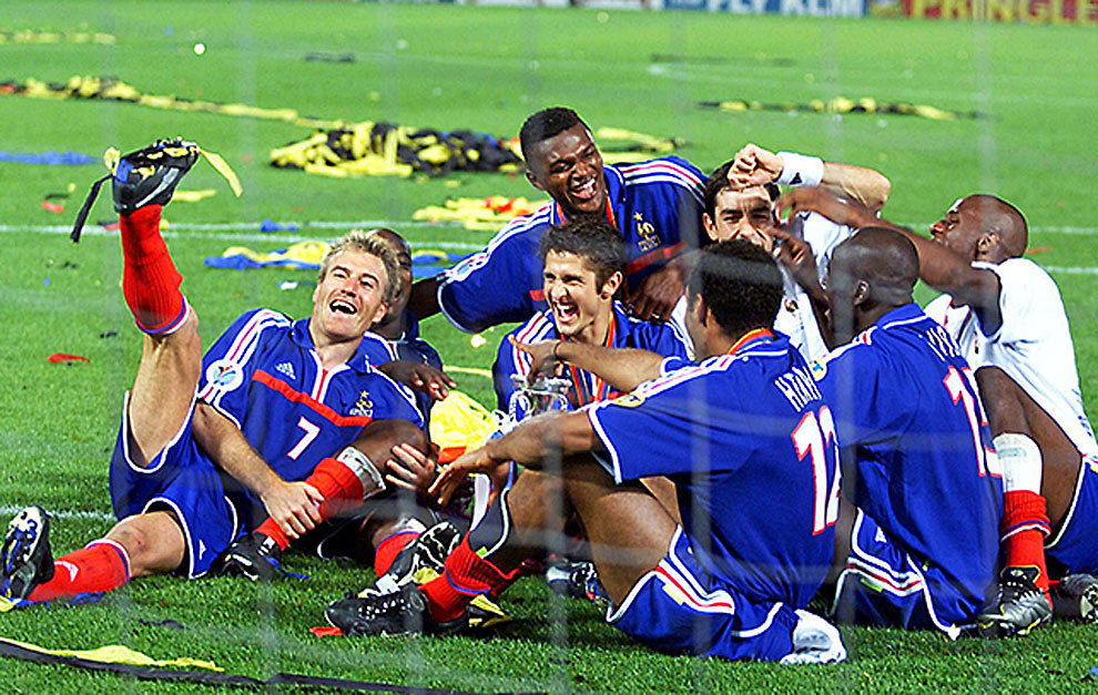 Los jugadores franceses, tras ganar la Euro de 2000.
