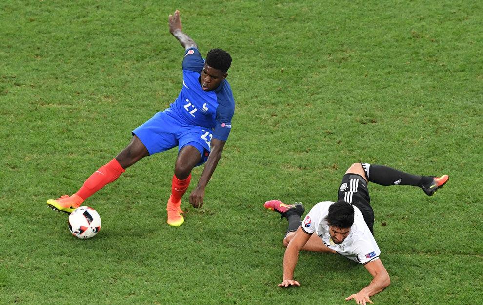 Umtiti y Emre Can en el transcurso del partido de semifinales ante...