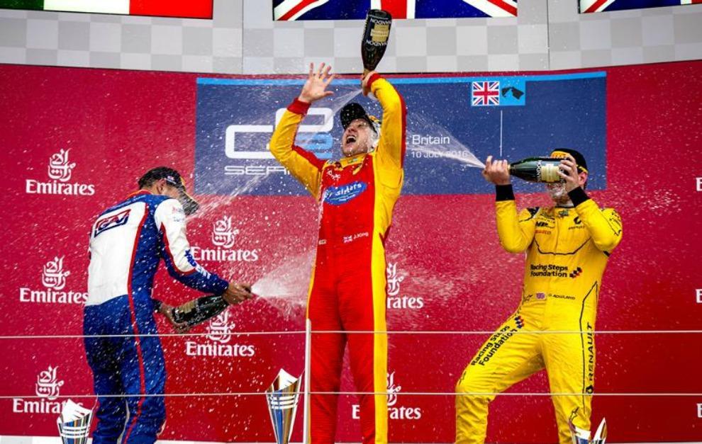 Podio de la segunda carrera de GP2 en Silverstone.