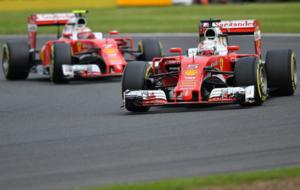 Vettel y R�ikk�nen durante el Gran Premio en Silverstone