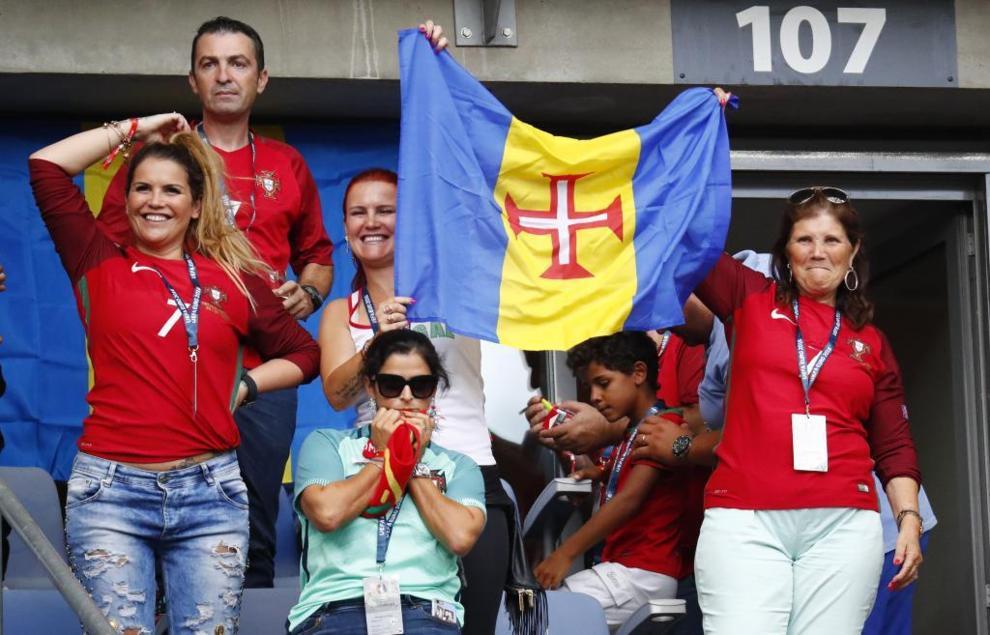 La familia de Cristiano, en las gradas de Saint-Denis, con una bandera...