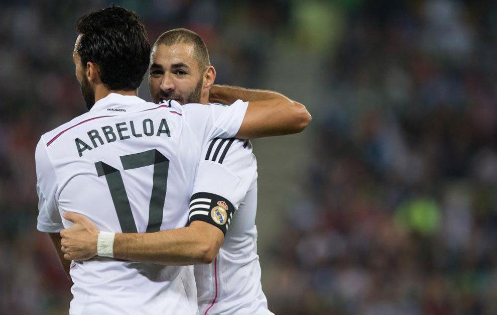 Arbeloa abraza a Benzema.