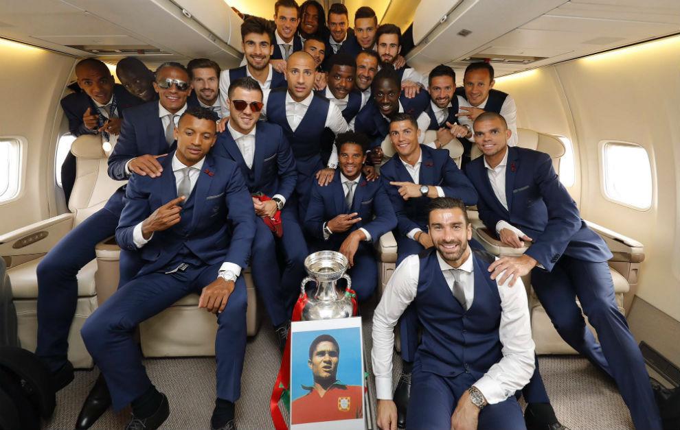 Los campeones, en el avión con la copa y una imagen de Eusebio
