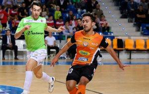 Joselito disputando un bal�n ante Sergio, del Palma