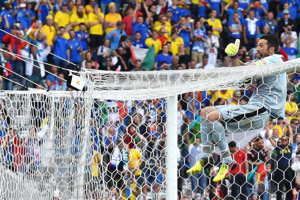 Gianluigi Buffon festeja el triunfo de Itala ante Suecia en la fase de...