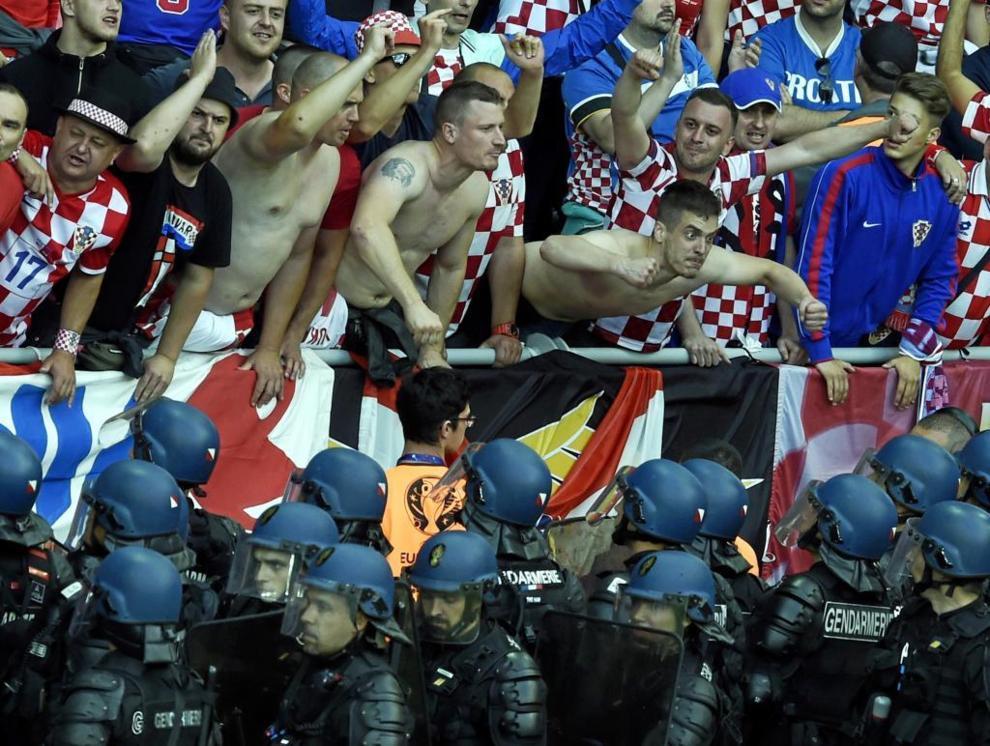 Los seguidores croatas festejaron la victoria ante España, la cual...