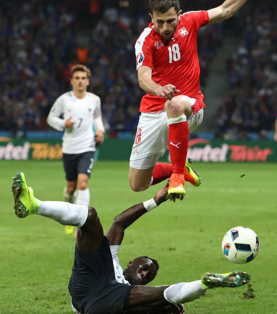 Sagna y Mehmedi pugnan por un balón durante el Suiza-Francia de la...