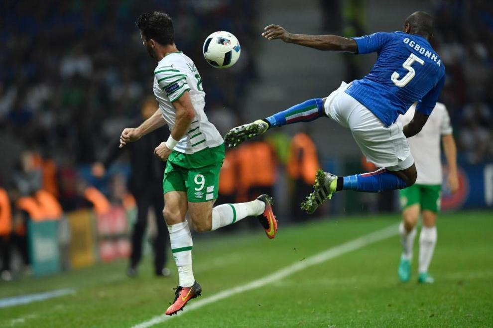 Ogbonna y Long, en el partido entre Italia e Irlanda de primera ronda.