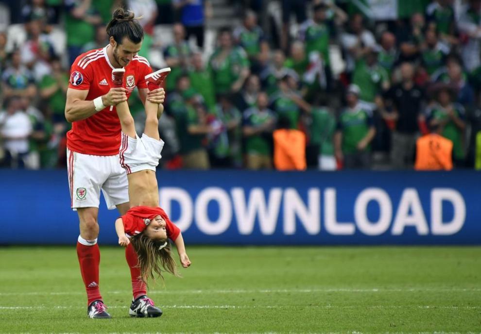 Gareth Bale celebró el pase a cuartos de final junto a su hija, Alba...