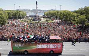 La selección portuguesa celebró la Eurocopa por las calles de...
