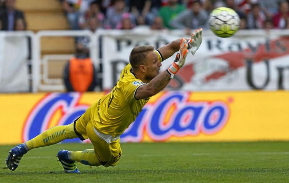 Yoel se estira para despejar un balón con el Rayo Vallecano.