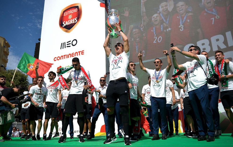 Cristiano levanta el trofeo en el escenario de la fiesta final de...