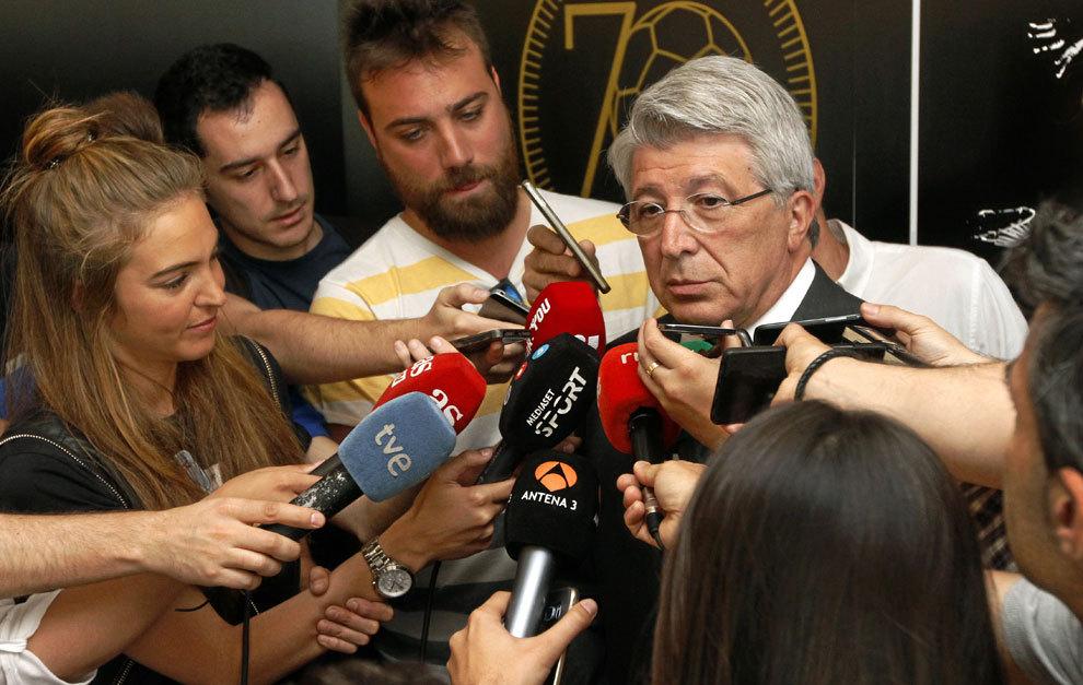 Enrique Cerezo atiende a los medios.