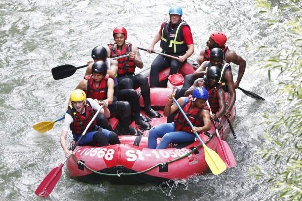 Emery se llevó a sus jugadores a practicar rafting.