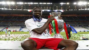 Eder con la Eurocopa y la medalla de campeón