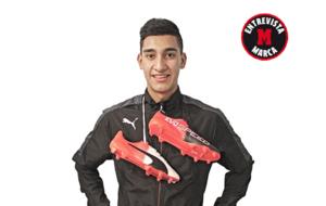 Franco Lobos, jugador de la 'U' con su modelo de botas...