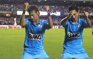 Ganso y Neymar celebran un gol en su etapa en el Santos.
