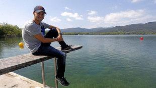 Mario Mola (26) posa para MARCA en el estanque de Banyoles.