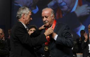 Villar hace entrega a Del Bosque de la medalla de reconocimiento