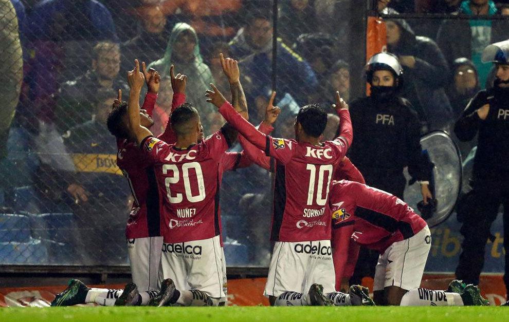 Los jugadores de Independiente del Valle celebran uno de sus goles a...