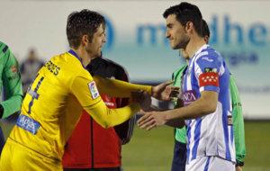 Sergio Postigo, capit�n del Legan�s, saluda al meta H�ctor Verd�s...