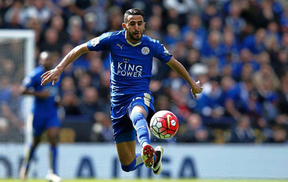 Mahrez controla un balón en un partido del Leicester.