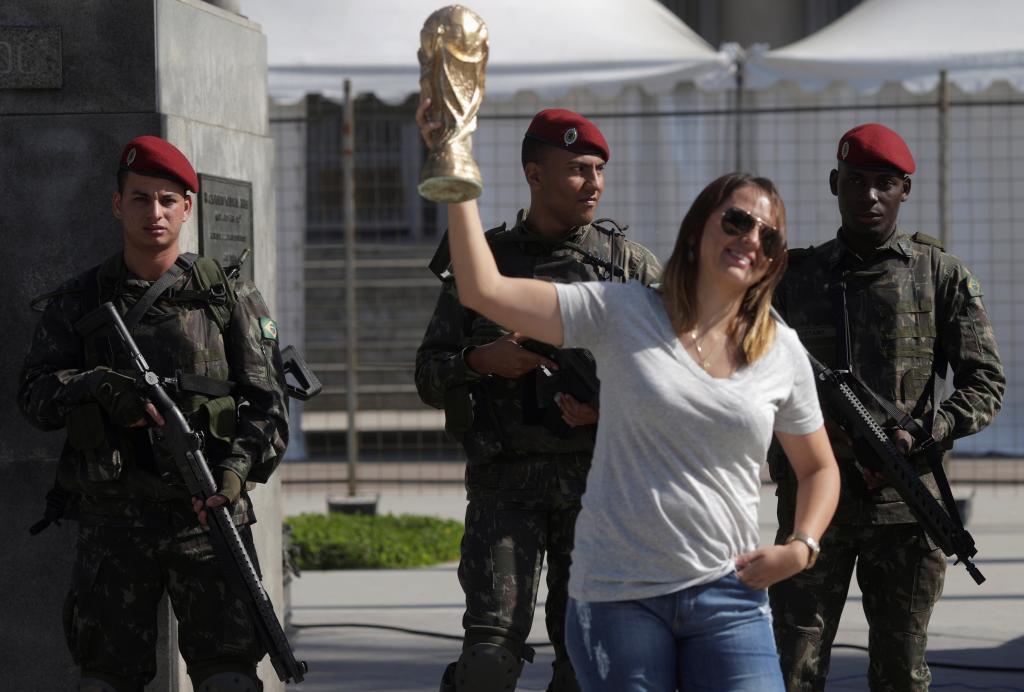 Soldados brasileños custodian el estado Maracaná