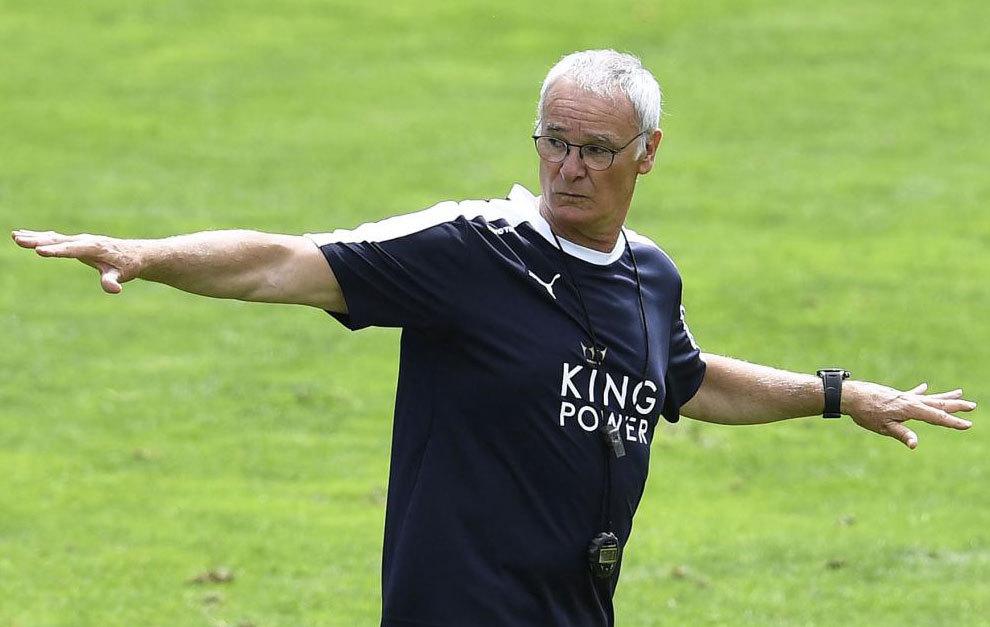 Ranieri da instrucciones durante la pretemporada del Leicester.