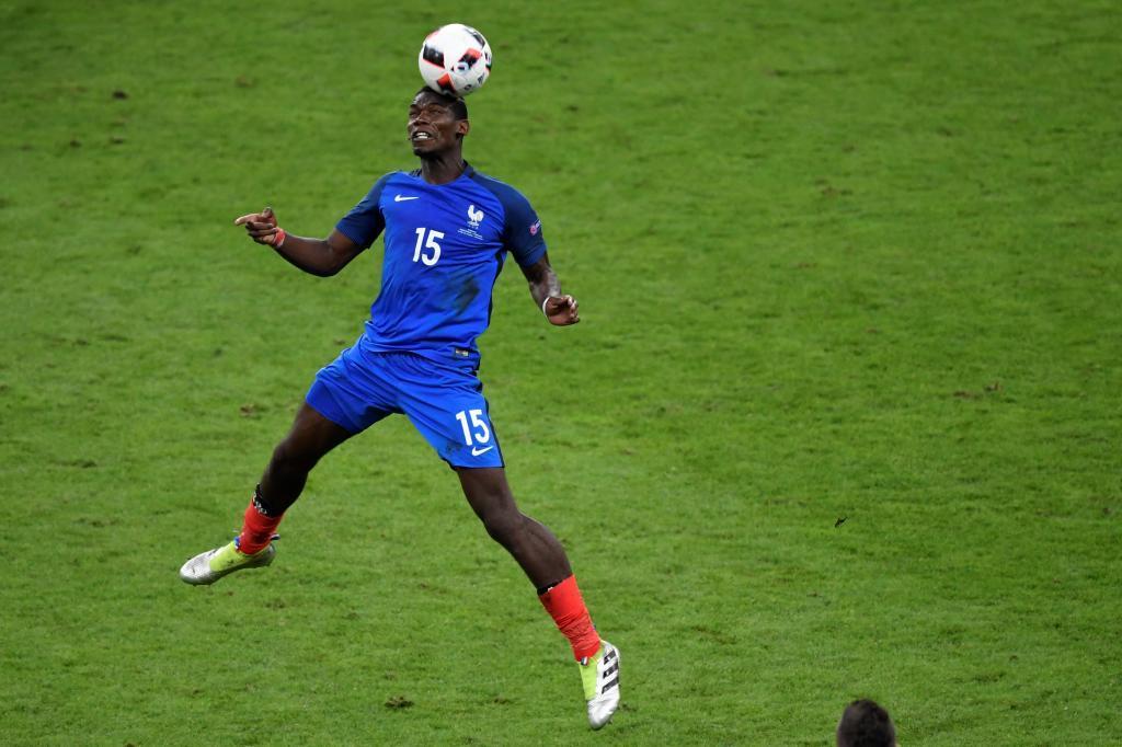 Paul Pogba toca un balón de cabeza durante la pasada Eurocopa