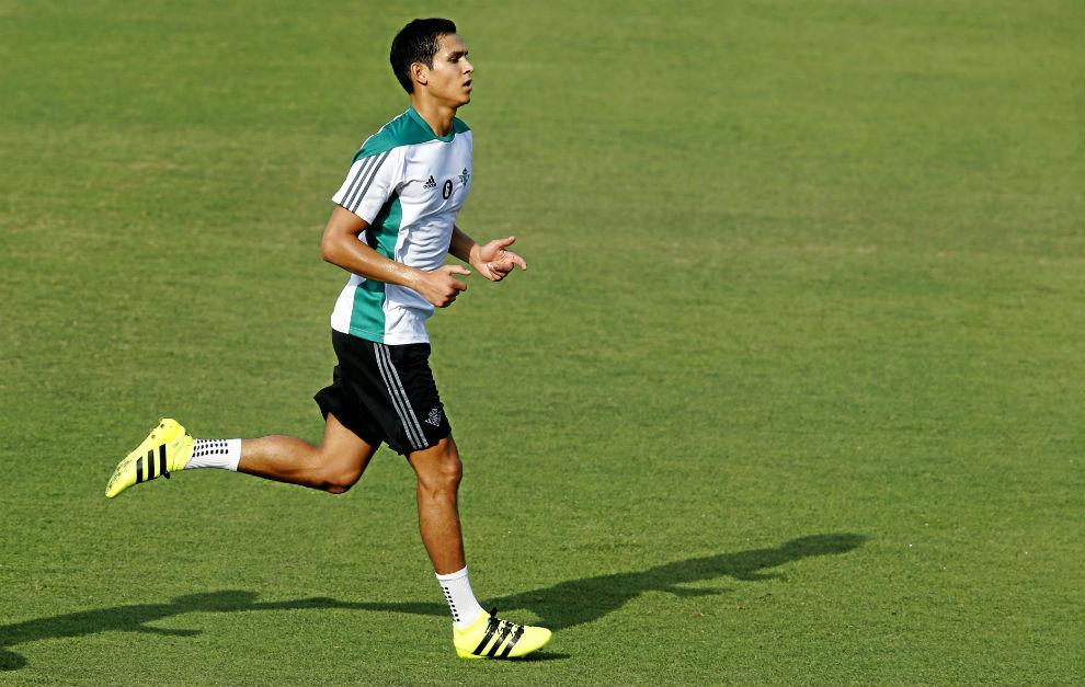 Mandi, en un entrenamiento con el Betis