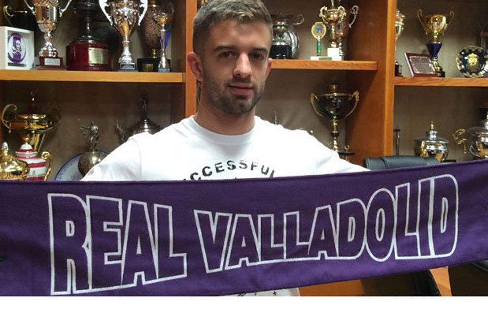 Luciano Balbi posa con la bufanda del Valladolid | @realvalladolid