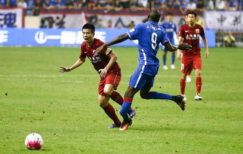 Lesion de Demba Ba en un lance del juego con Sun Xiang