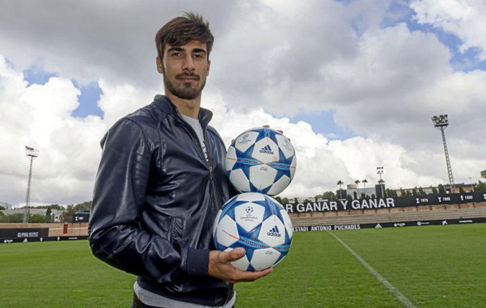 André Gomes posa durante un reportaje en la Ciudad Deportiva de...