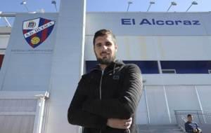 Fran M�rida posa en El Alcoraz para un reportaje de Marca